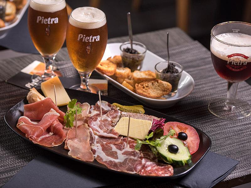 Assiette de charcuterie et bière pour l'apéritif au restaurant Le Taravo