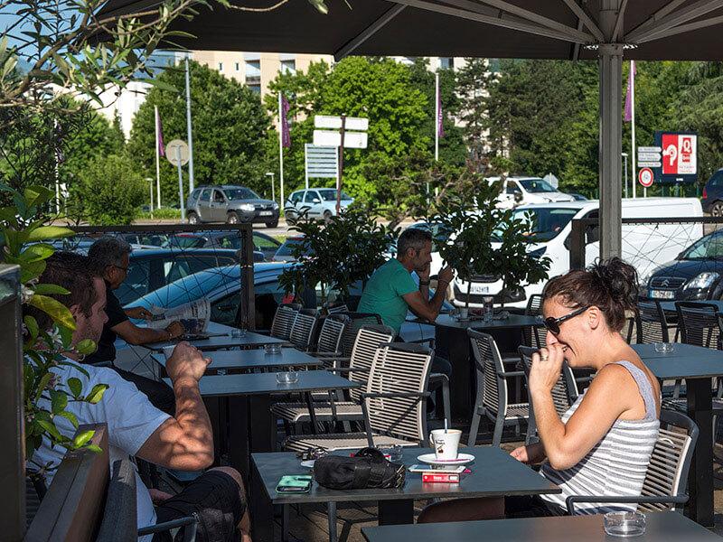 Pause matinale autour d'un café sur la terrasse du restaurant Le Taravo