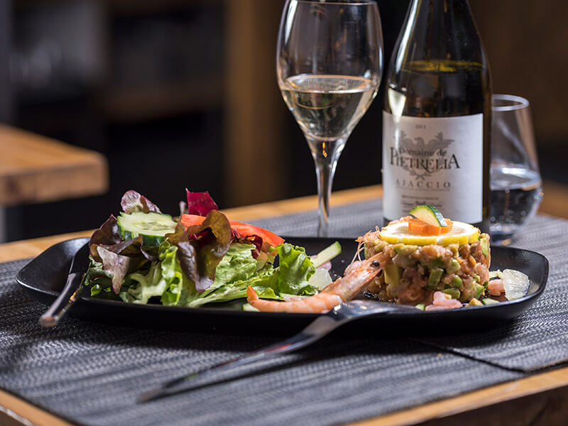 Tartare de saumon pour le déjeuner du midi au restaurant Le Taravo