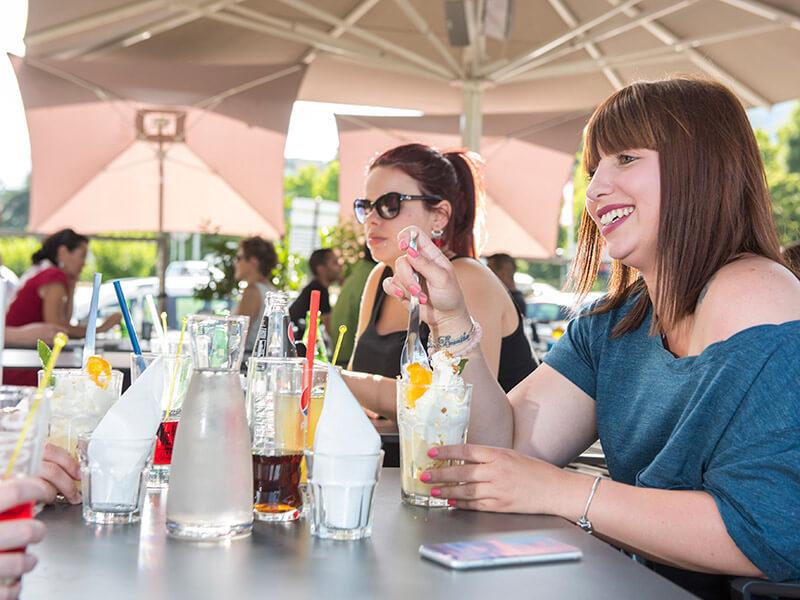Pause sucrée entre amis sur la terrasse du restaurant Le Taravo